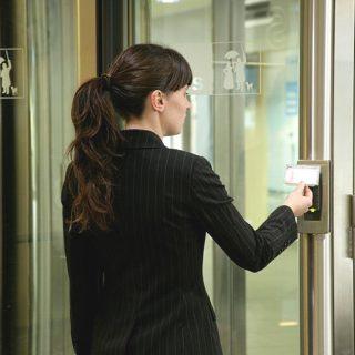 Вращающиеся двери Besam с контролем доступа